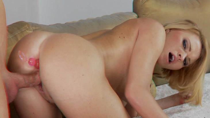 Junge Blondine mit Analkugeln im Arsch und fetten Schwanz in der Muschi