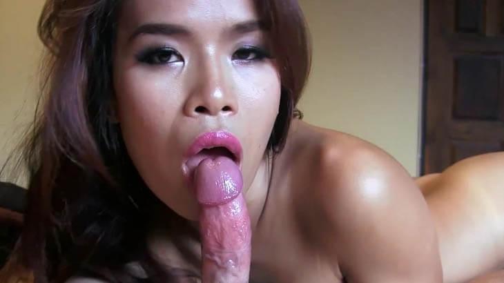 Blasgeile Asiatin mit dickem Schwanz im Mund